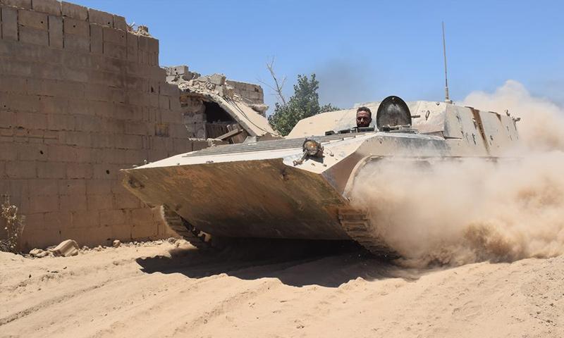 عربة bmb لقوات الأسد على أطراف بلدة عين ترما في الغوطة الشرقية - 21 آب 2017 (وسام الطير)