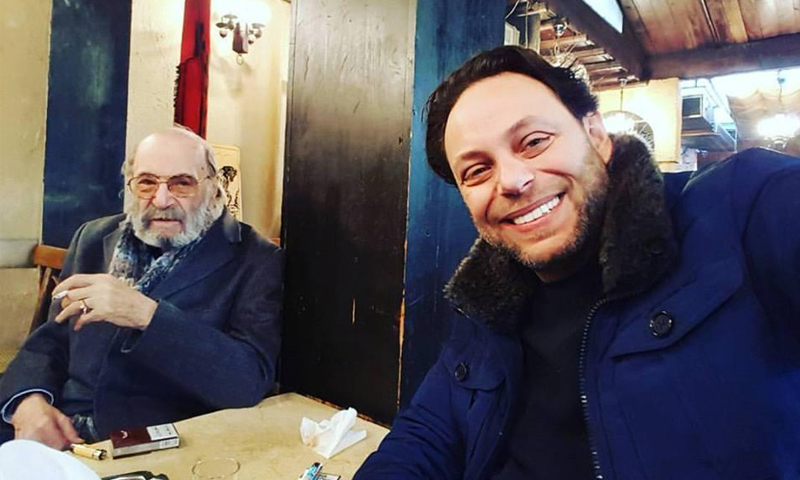 المخرج سيف الدين سبيعي برفقة والده الراحل - (انترنت)