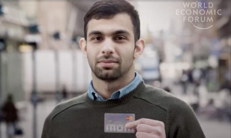 لاجئ يحمل بطاقة خصصتها الحكومة الفنلندية (World Economic Forum)