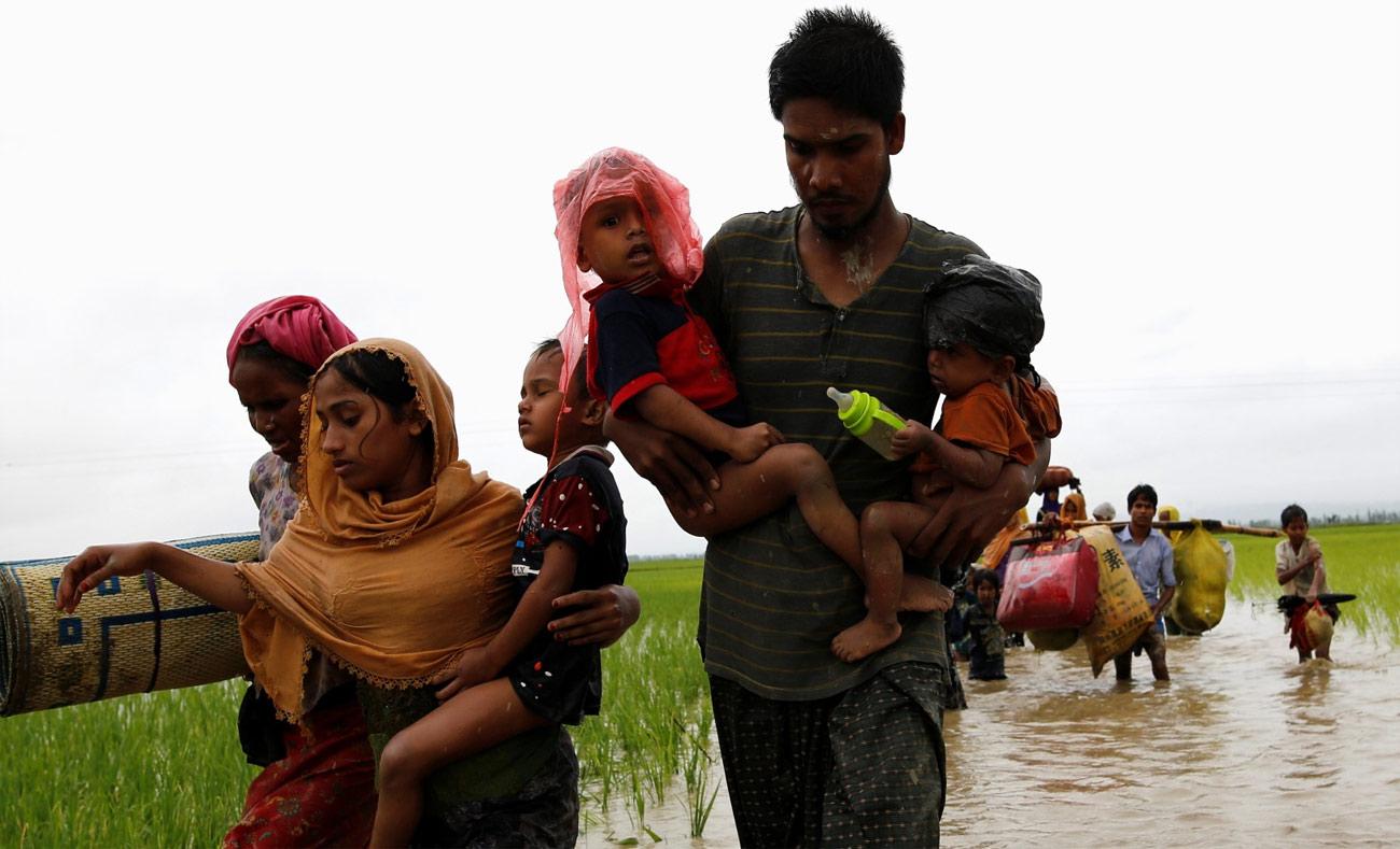 فارون من مسلمي الروهينجا يجتازون الحدود نحو بنغلادش (رويترز)