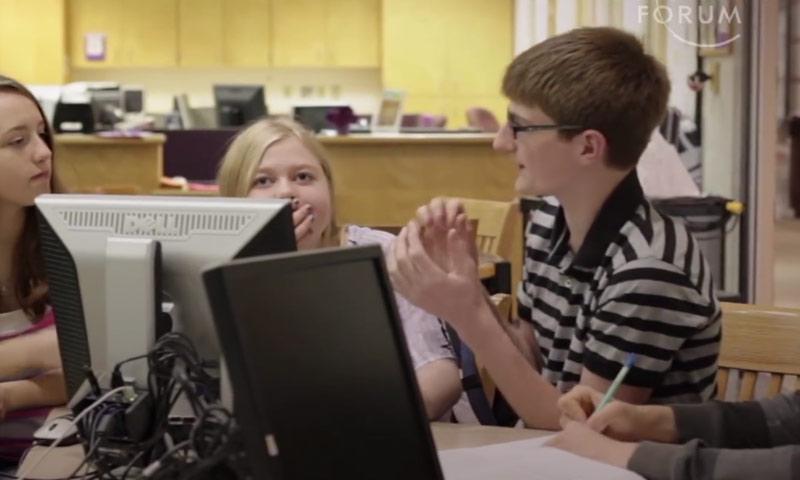 صورة من الفيديو الذي أعده موقع world economic forum عن مدرسة ُEcole 42 (عنب بلدي)