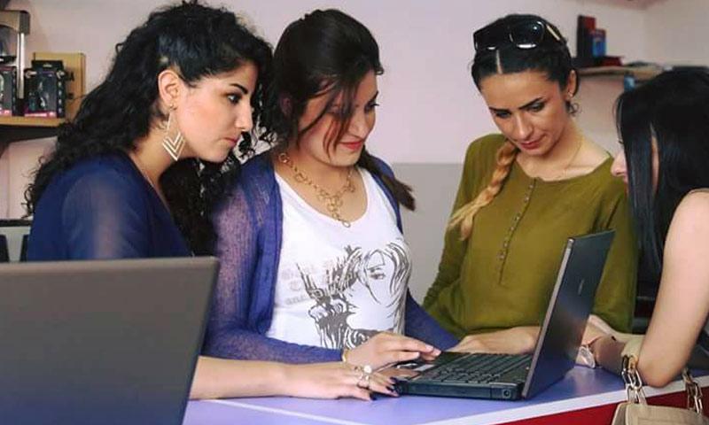 شابات يدرن محلًا لصيانة الكمبيوتر في مدينة الحسكة - 30 تموز 2017 (منظمة شار للتنمية)