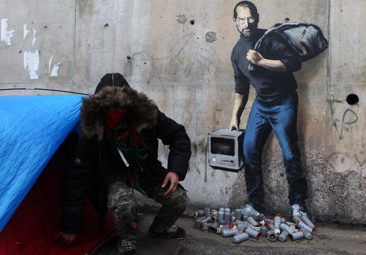 غرافيتي لبانكسي في مخيم كاليه يصور ستيف جوبز (إنترنت)