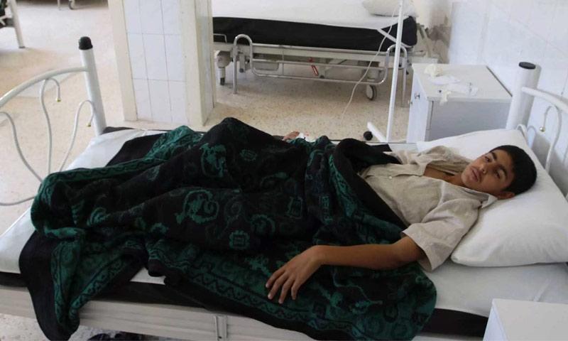 طفل مصاب بالتيفوئيد في مستشفى بإدلب - 27 أيار 2017 (رويترز)