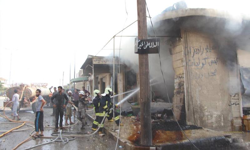 فرق الدفاع المدني تقوم بإطفاء الحرائق التي نتجت إثر قصف روسي على مدينة خان شيخون - 25 أيلول 2017 (الدفاع المدني)
