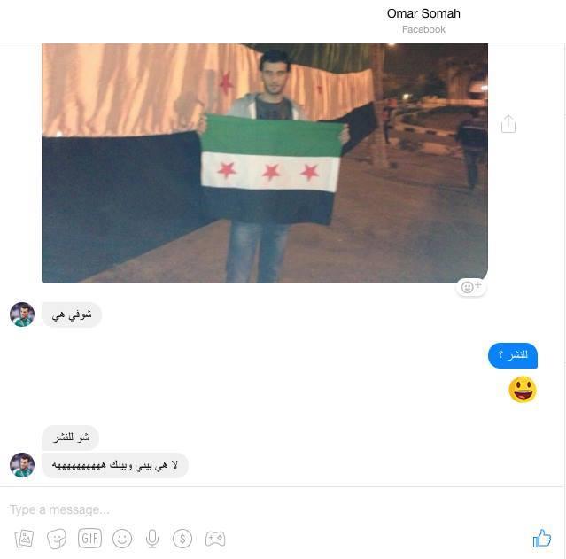 اللاعب السوري رافعًا علم الثورة السورية قبل عودته إلى دمشق والانضمام للمنتخب السوري