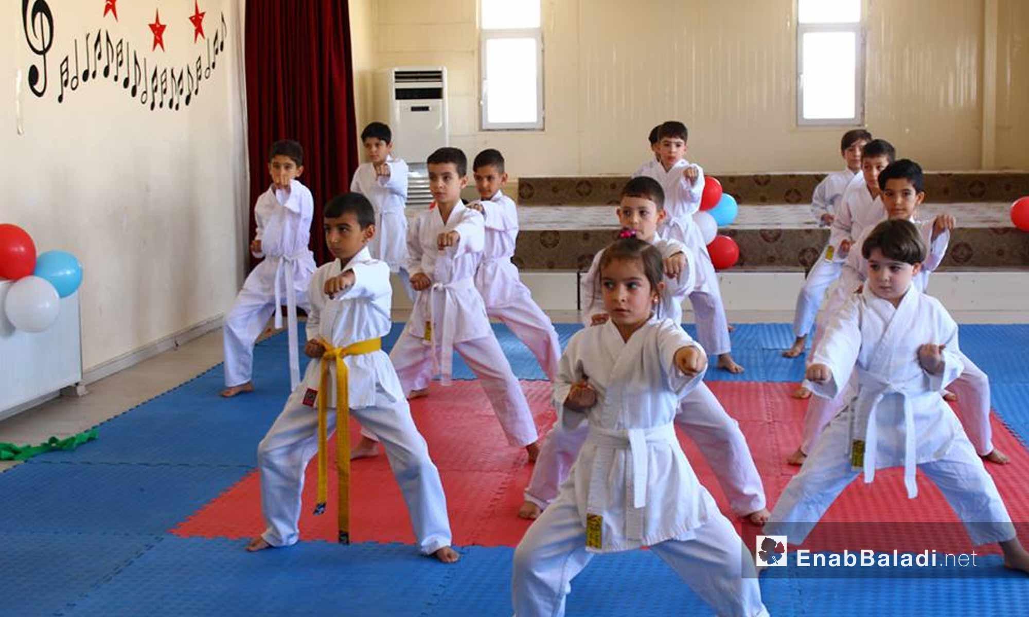 أطفال سوريون يقدمون عرض كاراتية في عنتاب التركية - 7 تشرين الأول 2017 (عنب بلدي)