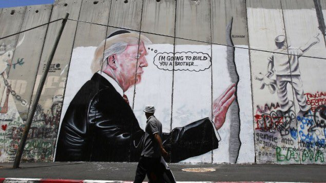 جرافيتي يصور الرئيس الأمريكي، دونالد ترامب، على جدار الفصل - 4 آب 2017 (AFP)