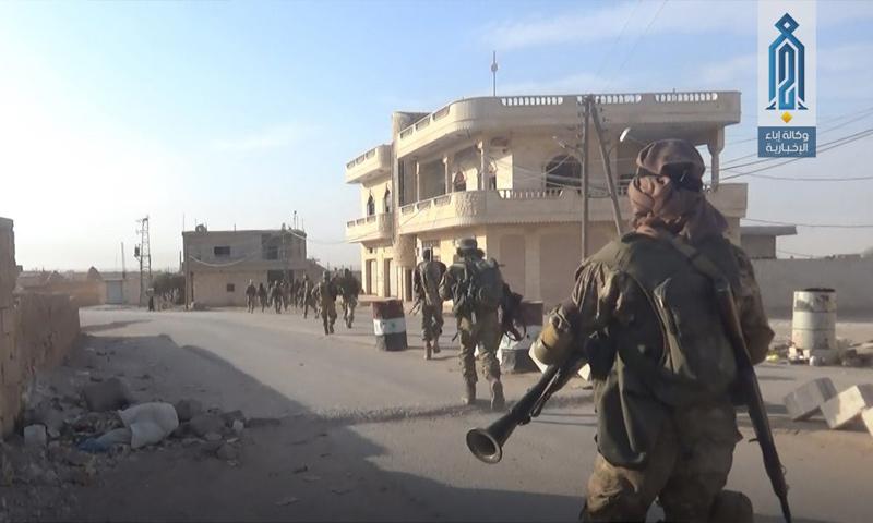 عناصر من هيئة تحرير الشام بعد السيطرة على قرية أبو دالي - 8 تشرين الأول 2017 (وكالة إباء)