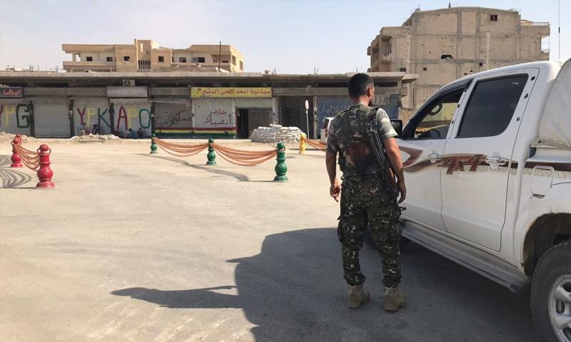 حاجز لقوات سوريا الديموقراطية في مدينة الرقة - 24 تشرين الأول 2017 - (قسد)حاجز لقوات سوريا الديموقراطية في مدينة الرقة - 24 تشرين الأول 2017 - (قسد)