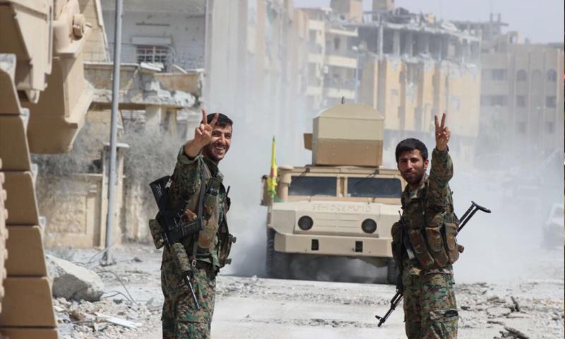 عناصر من قوات غضب الفرات بالقرب من مشفى الوطنى في حي الامين في مركز مدينة الرقة - 14 أيلول 2017 (غضب الفرات)