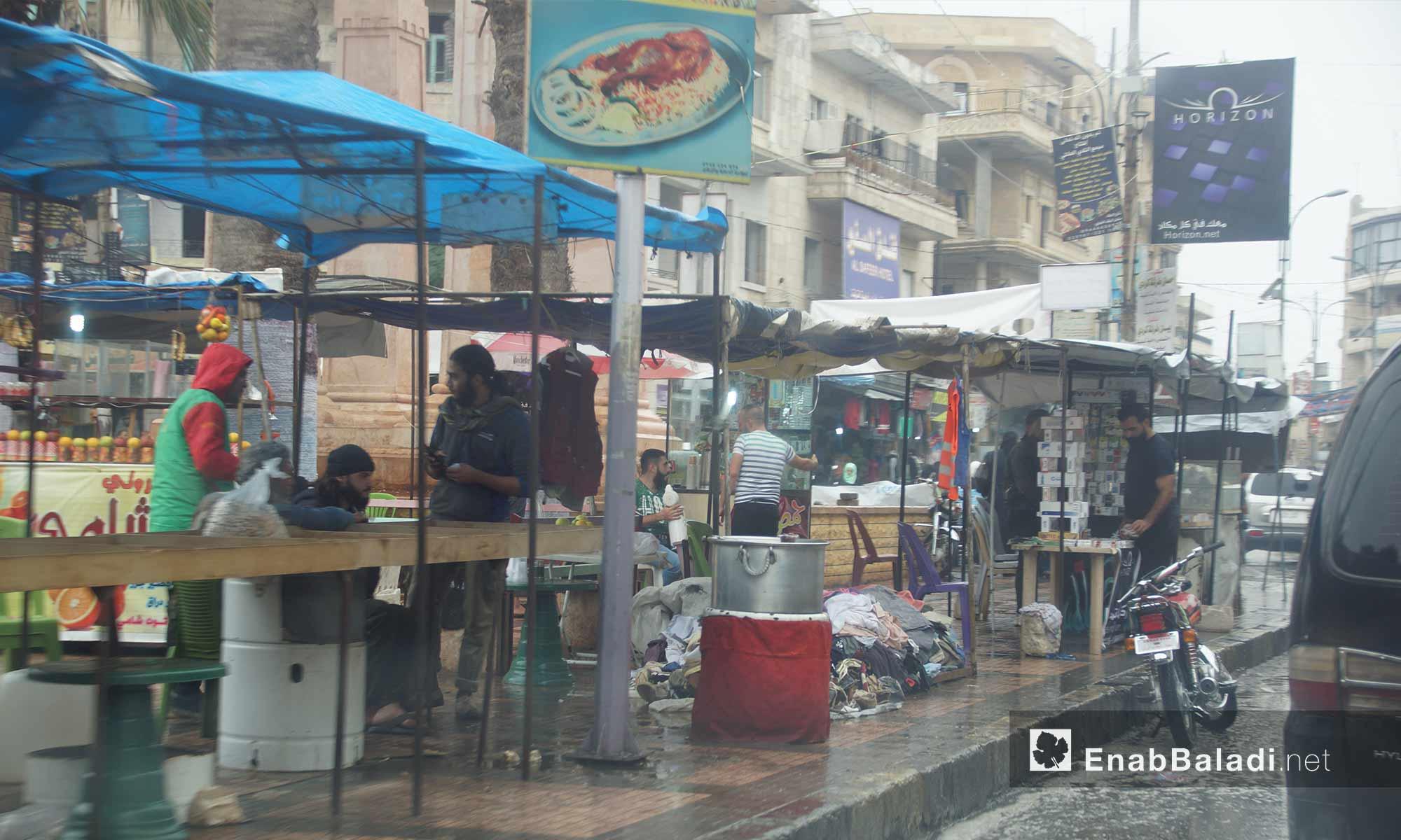 باعة جوالون تحت المطر في مدينة إدلب - 9 تشرين الأول 2017 (عنب بلدي)