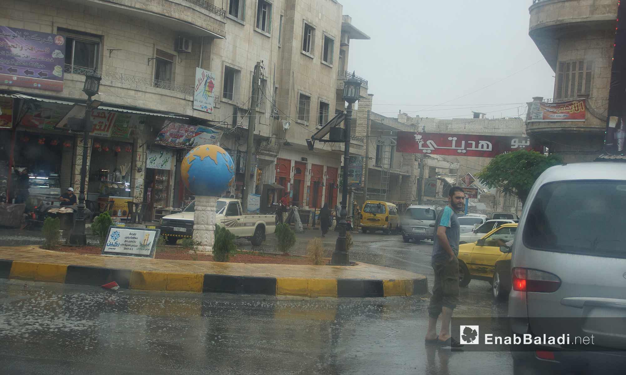دوار الكرة في مدينة إدلب تحت المطر - 9 تشرين الأول 2017 (عنب بلدي)