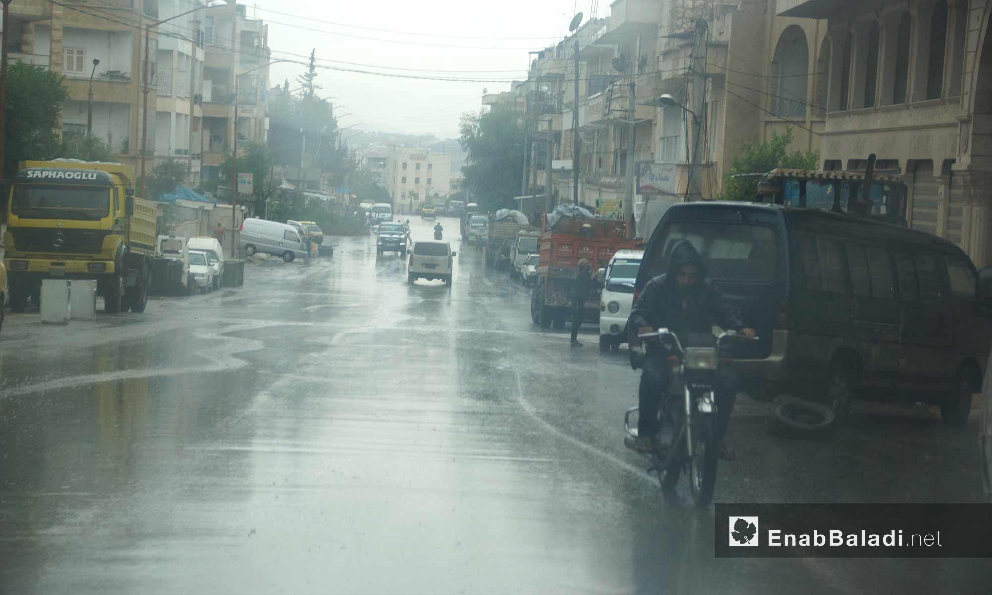 أهالي إدلب تحت المطر - 9 تشرين الأول 2017 (عنب بلدي)