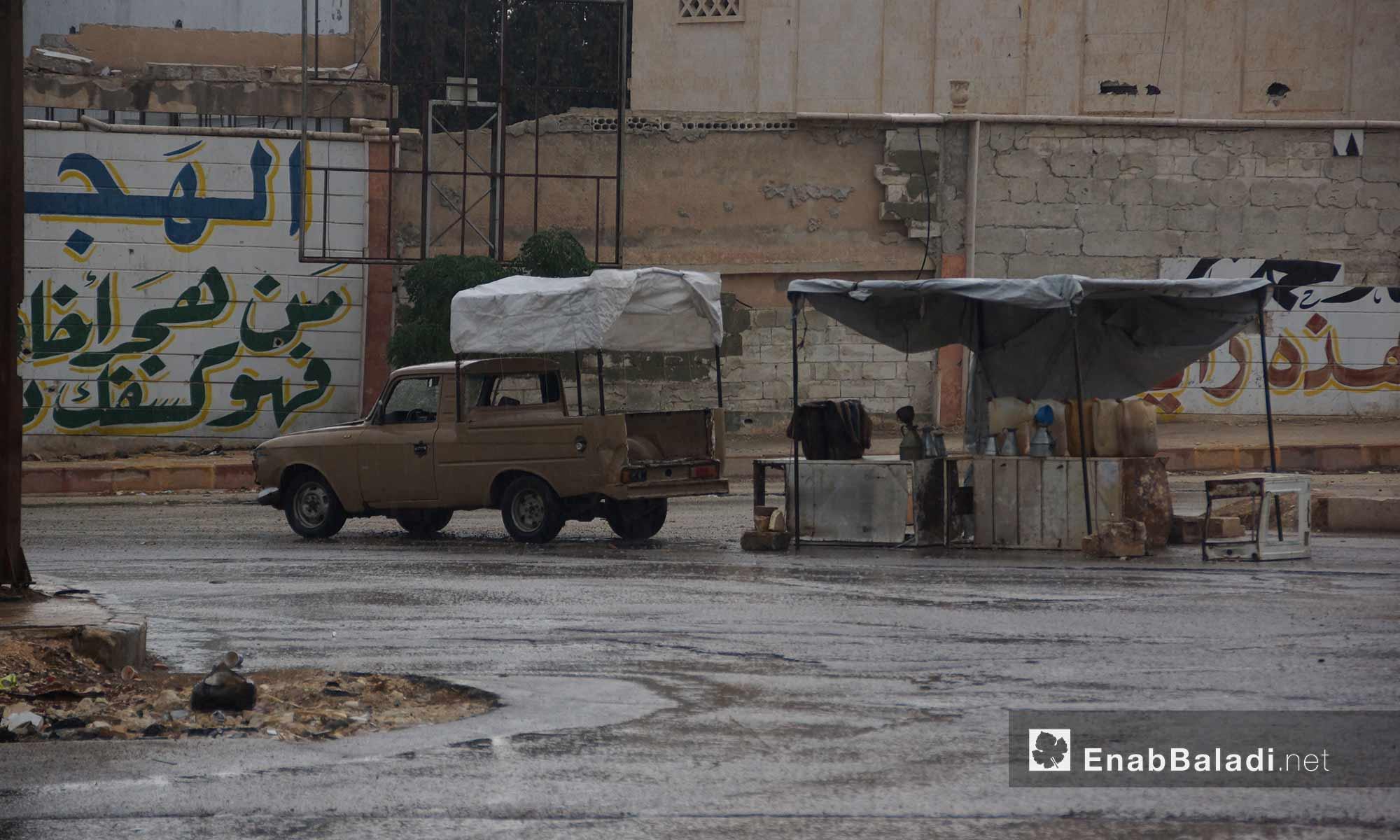 سيارة تسير تحت المطر في مدينة إدلب - 9 تشرين الأول 2017 (عنب بلدي)