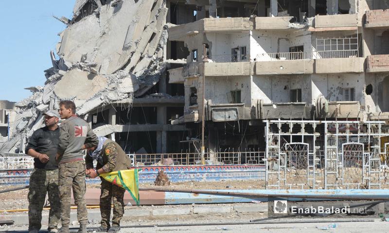مقاتلون من قوات سوريا الديمقراطية في دوار النعيم وسط الرقة - 20 تشرين الأول 2017 (عنب بلدي)