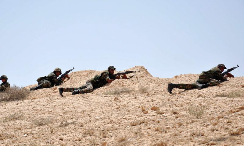 عناصر من قوات الأسد في محيط مطار دير الزور العسكري - (انترنت)