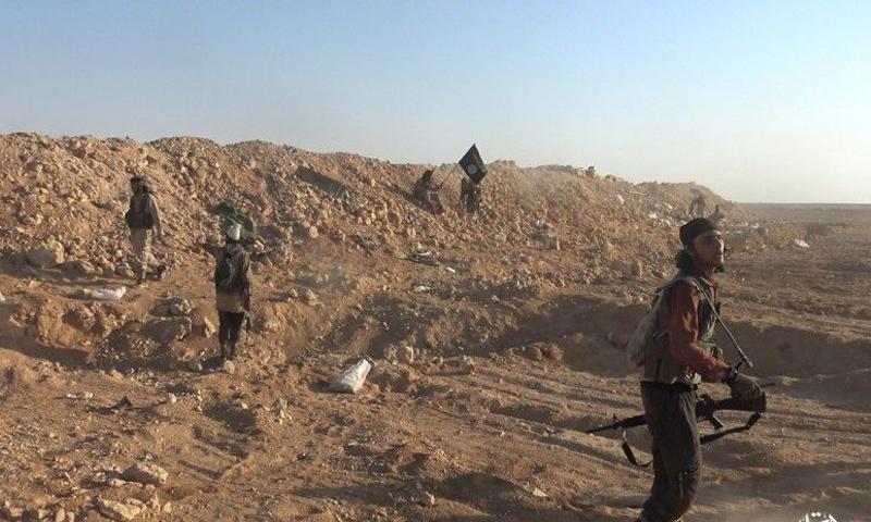 عناصر من تنظيم الدولة الإسلامية في محيط مدينة دير الزور - 17 تشرين الأول 2017 (أعماق)