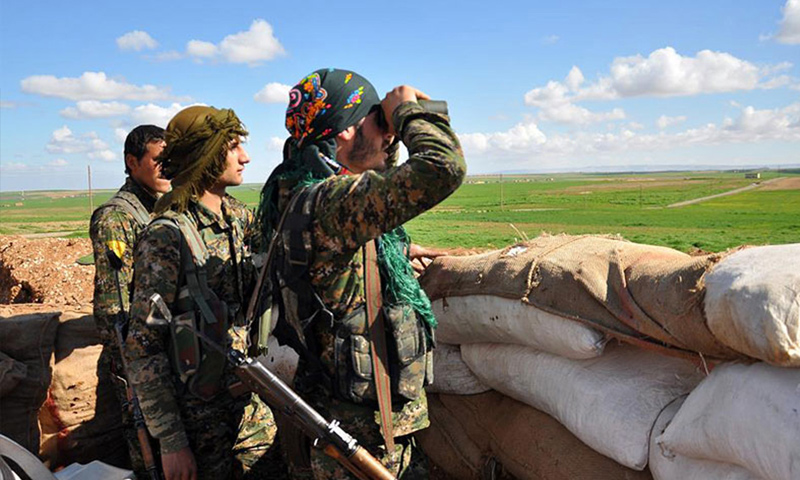 مقاتلون في وحدات حماية الشعب الكردية (إنترنت)