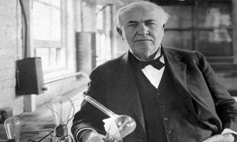 توماس أديسون مع المصباح الكهربائي الذي اخترعه (انترنت)
