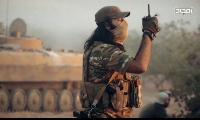 """مقاتل من هيئة تحرير الشام في إصدار """"إن موعدهم الصبح"""" (يوتيوب)"""