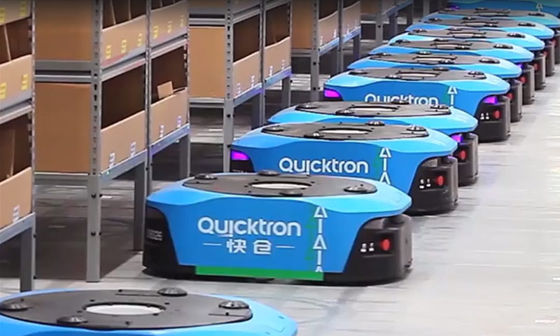 روبوتات أثناء عملها في مخزن علي بابا في الصين (world economic forum)