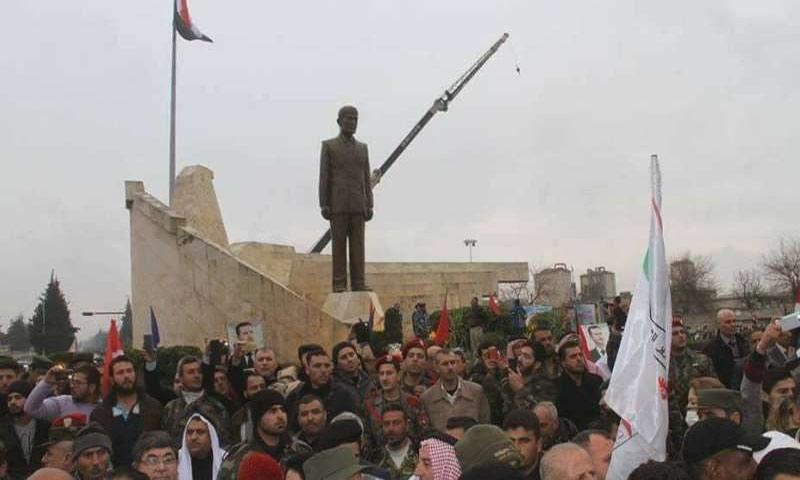 تمثال حافظ الأسد في المدخل الجنوي لحماة بحماية عسكرية كبيرة - شباط 2017 (انترنت)
