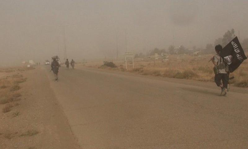 عناصر من تنظيم الدولة الإسلامية خلال الهجوم على قسد في حقل العمر شرقي دير الزور - 30 تشرين الأول - (أعماق)