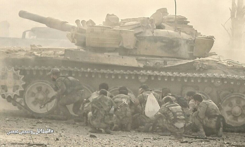 عناصر من قوات الأسد أثناء محاولتهم التقدم في بلدة عين ترما شرقي دمشق - أيلول 2017 (وسيم عيسى)