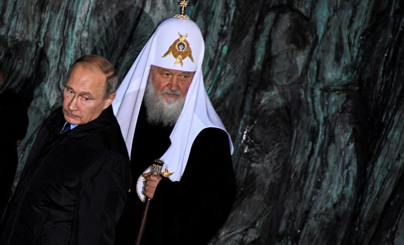 """الرئيس الروسي """"فلاديمير بوتين""""، وبطريرك الكنيسة الروسية الأرثوذكسية """"كيرل""""، خلال مراسم افتتاح النصب التذكاري - 30 تشرين الأول 2017 (رويترز)"""