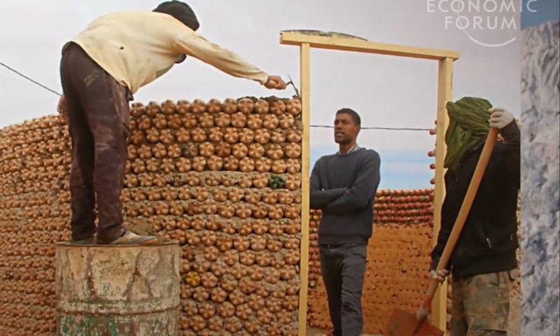 منزل من الزجاجات البلاستيكية في أحد مخيمات اللاجئين الصحراويين في الجزائر (world economic forum)