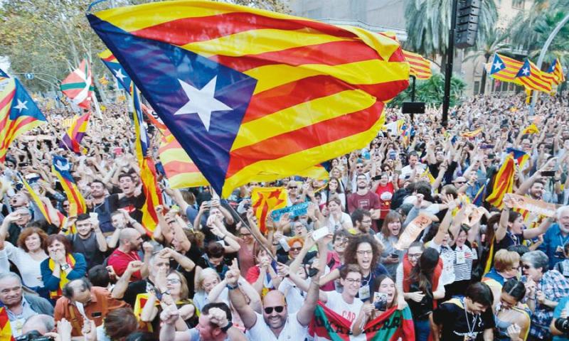 إسبان يحتفلون باستقلال إقليم كتالونيا - الجمعة 27 تشرين الأول (AFP)
