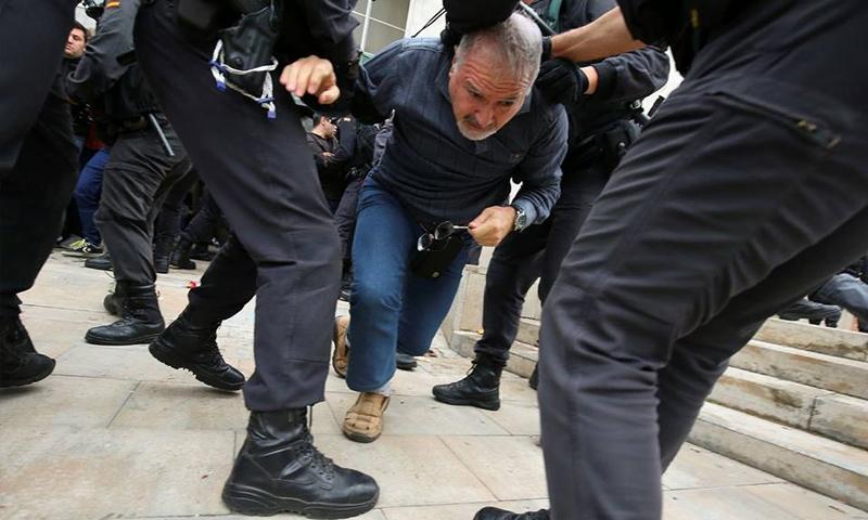 شرطة مكافحة الشغب الإسبانية تعتقل ناخبين يصوتون على استقلال كتالونيا في برشلونة - 1 تشرين الأول 2017 (وكالات)