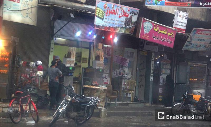 محال تجارية وأهالي إدلب تحت المطر - 9 تشرين الأول 2017 (عنب بلدي)