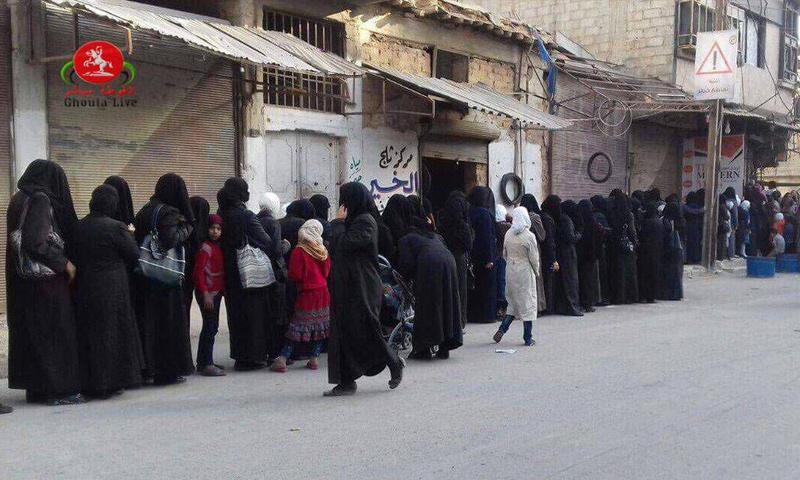 مواطنون في الغوطة الشرقية يصطفون على طابور فرن في بلدة حمورية - 21 تشرين الأول 2017 (شبكة الغوطة مباشر)