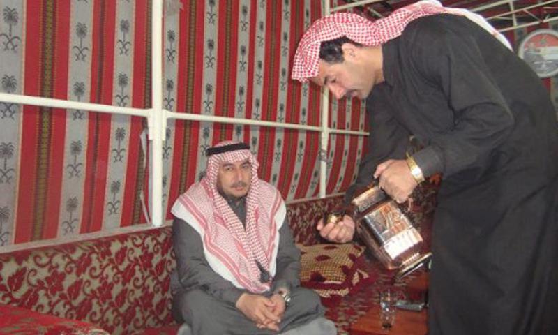 عضو مجلس الشعب احمد دوريش يتناول القهوة المرة في مضافته 2009 (انترنت)