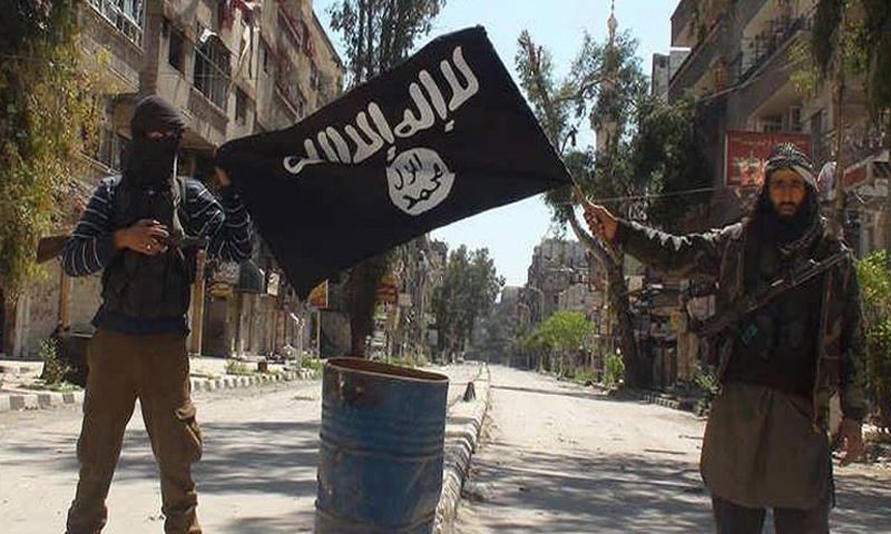 """تعبيرية: مقاتلون من تنظيم """"الدولة"""" في مخيم اليرموك مطلع نيسان 2015 (إنترنت)"""