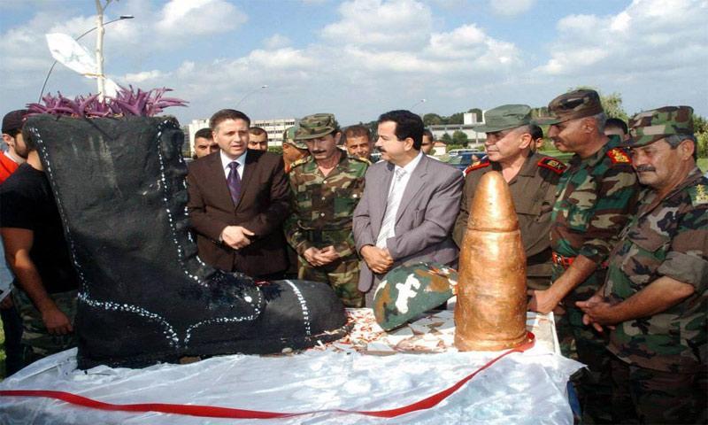 """النصب التذكاري في اللاذقية بمناسبة العيد 68 لتأسيس """"الجيش العربي السوري - آب 2013 (انترنت)"""