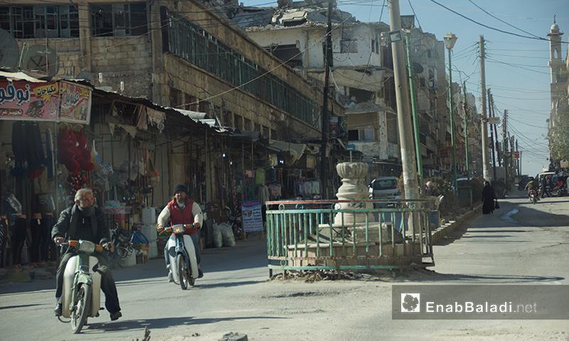 شخصان يركبان دراجتين ناريتين في سوق معرة النعمان بريف إدلب - أيلول 2017 (عنب بلدي)