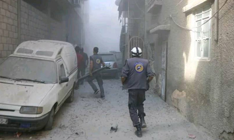 تعبيرية: فرق الدفاع المدني في بلدة كفربطنا بالغوطة الشرقية - 1 تشرين الأول 2017 (الدفاع المدني في فيس بوك)