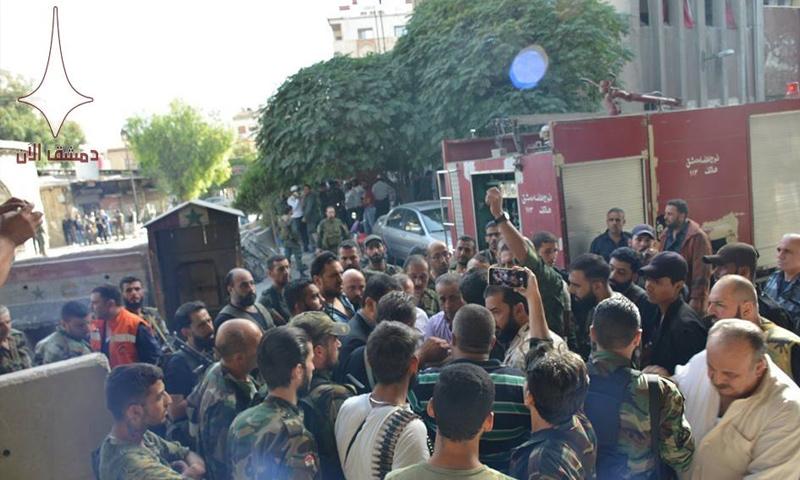 ضباط ومدنيون يتجمعون حول وزير الداخلية محمد الشعار أمام قسم شرطة الميدان في دمشق - 2 تشرين الأول 2017 (دمشق الآن)