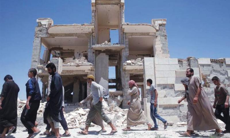 سجناء في سجون تنظيم الدولة الإسلامية في قرية عين عيسى شمال مدينة الرقة - (رويترز)