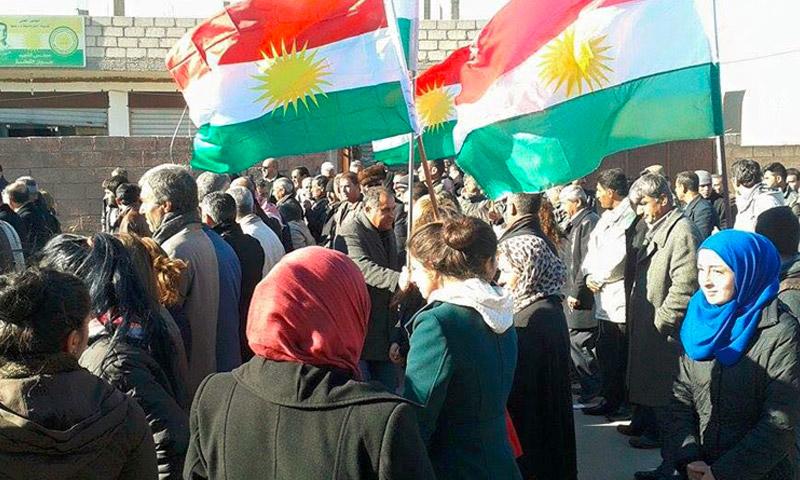 مظاهرة ضد ممارسات حزب الاتحاد الديمقراطي في مدينة الدرباسية شمال الحسكة، كانون الأول 2015 (إنترنت)
