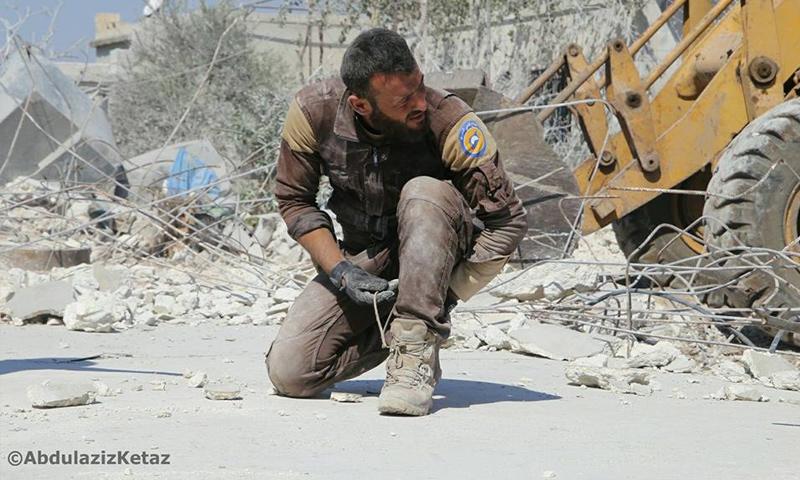 عنصر من الدفاع المدني بعد الانتهاء من إخلاء ضحايا مجزرة سهل الروج في إدلب - 28 أيلول 2017 (عبد العزيز قيطاز)عنصر من الدفاع المدني بعد الانتهاء من إخلاء ضحايا مجزرة سهل الروج في إدلب - 28 أيلول 2017 (عبد العزيز قيطاز)