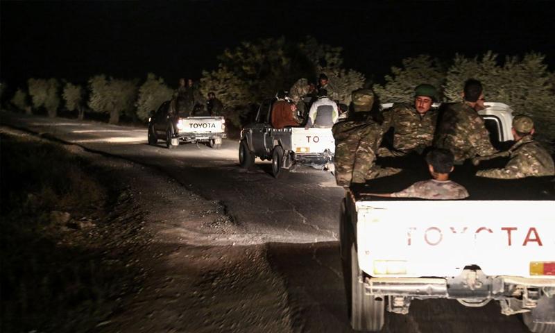 مقاتلو من المعارضة السوريون يركبون شاحنات صغيرة باتجاه إدلب -6 تشرين الأول 2017 (فرانس برس)