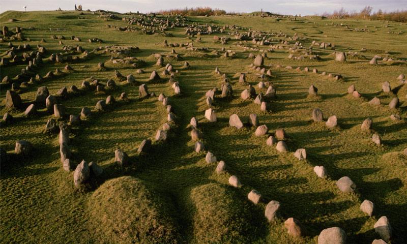 أكبر مقبرة للفايكنغ تحتوي على 600 قبر في الدنمارك (Ted Spiegel/Getty Images)