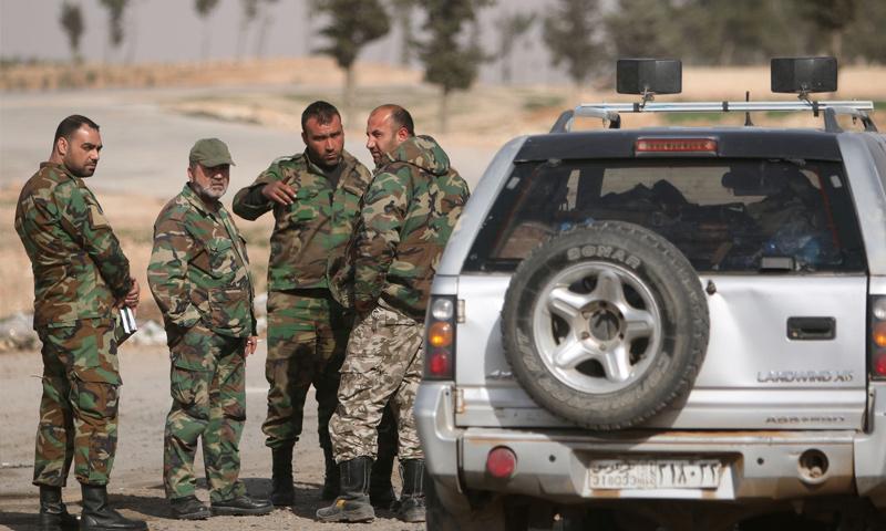 عناصر من قوات الأسد في محيط مدينة منبج شرق حلب - (رويترز)