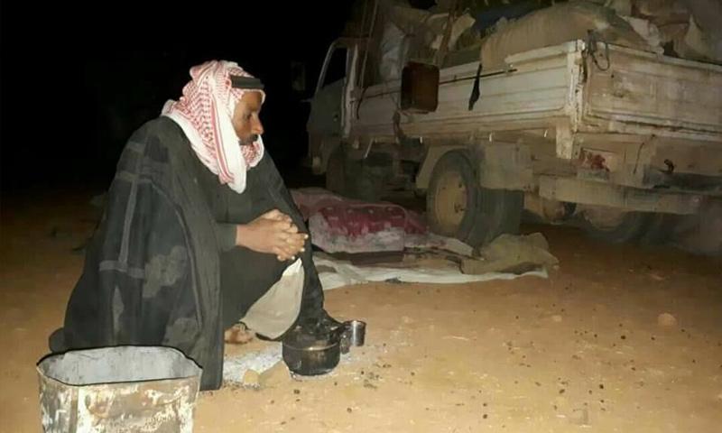 نازح من ريف حماة الشرقي يجلس في العراء في منطقة سنجار جنوبي إدلب - 31 تشرين الأول 2017 - (فيس بوك)