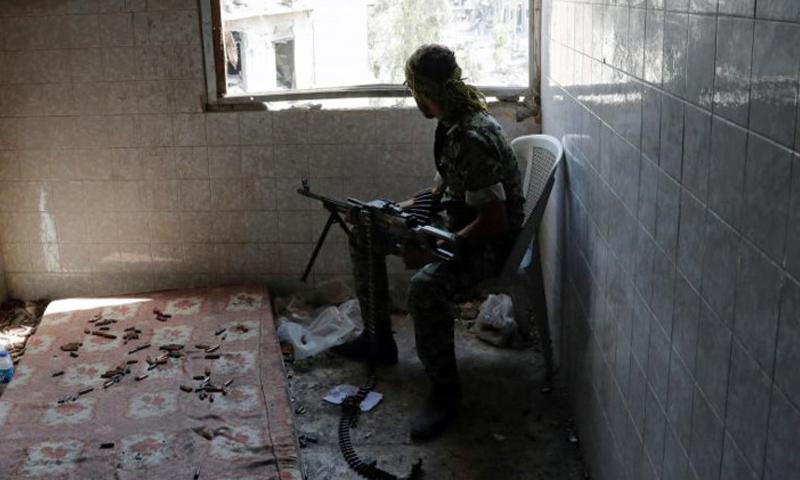 مقاتل من قوات سوريا الديموقراطية في أحياء مدينة الرقة - 11 تشرين الأول 2017 (رويترز)