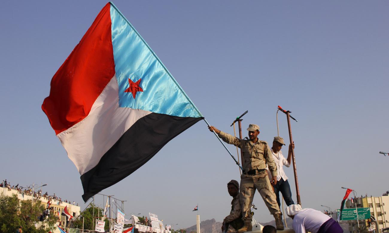 متظاهر يحمل علم جنوب اليمن (رويترز)